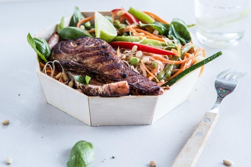 亚洲风味沙拉烤三文鱼-烹饪共和国William Hill娱乐